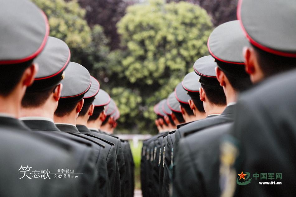 军人的背影