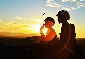 一个军人在夕阳下图片_戈壁大漠,夕阳和战斗剪影最配哦! - 中国军网