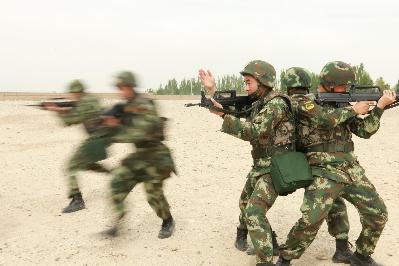 武警摔擒图片_武警云南总队二支队特战队员搜爆排爆强化训练